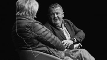 Inden for et kvarter får publikum to gange at vide, at Lars Løkkes hustru, Solrun, har stiftet et firma, der sælger rejser til Færøerne. Og da han bliver spurgt, om han har skrevet danmarkshistorie som statsminister, svarer han med en fortælling om sit engagement i Løkkefonden.