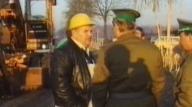 Gunnar Thomsen i november 1989 med sin gravemaskine ved Muren. Det tog tre dage at køre den fra Haderslev til Berlin.