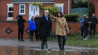 Labours parlamentskandidat fra valgkredsen Don Valley, Caroline Flint, viser partiets leder, Jeremy Corbyn, oversvømmelserne i Conisborough nær Doncaster, efter at det har regnet ekstremt meget i de seneste måneder. Corbyn har lovet at skabe 400.000 nye grønne job og investere 250 milliarder pund i en såkaldt grøn transformation af det britiske samfund.