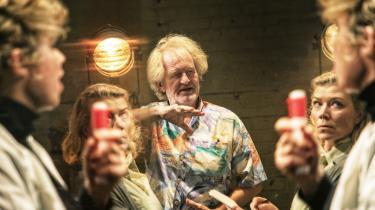 Claus Flygare er som dramatiker og skuespiller med ind over alle de mange lag i 'Jan Sonnergaard er ikke død'.