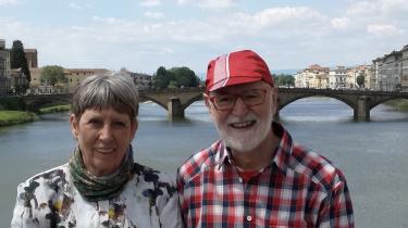 Kirsten og Bent i Firenze ved floden Arno på vej med pilgrimsmålet Assisi.