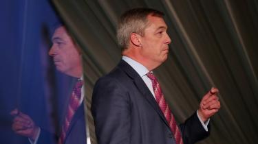 Nigel Farage stod for valgkampens til dato største begivenhed, da han tirsdag bekendtgjorde, at Brexit-partiet vælger ikke at opstille kandidater i alle de 317 valgkredse, hvor der nu er valgt en konservativ parlamentariker.
