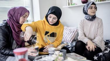 Larma Aslan (t.h.) er kommet til Danmark som kvoteflygtning og lever på integrationsydelse. Information talte med hende tidligere på året i forbindelse med en række artikler om den fattigdom, som et flertal af politikerne i Danmark har skabt som følge af integrationsydelsen.