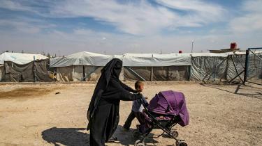 En kvinde med sine børn i en lejr for tidligere Islamisk Stat-krigere i det nordøstlige Syrien. Regeringen foreslår i nyt lovforslag, at børn i fremmedkrigere ikke fremover automatisk skal have dansk statsborgerskab. Men flere organisationer mener, det er i strid med konventioner.