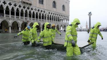 Redningsarbejdere arbejder på Markuspladsen i Venedig, som er ramt af massive oversvømmelser.