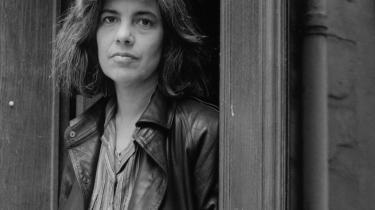 Benjamin Mosers 832-siders biografi om »Amerikas sidste store litterære stjerne« Susan Sontag skildrer både hendes offentlige persona og plagede privatliv. Moser skriver blandt andet:»Hendes rygte som den klogeste i rummet, den der satte standarden, gjorde hende forpligtet på at vide alt.«