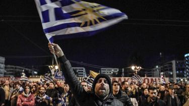 Demonstranter protesterer foran det græske parlament imod en navneaftale, der betyder, at Makedonien skifter navn til Nordmakedonien, fordi Grækenlands nordlige republik også hedder Makedonien.