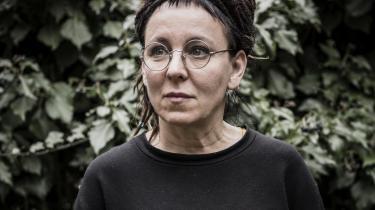 Olga Tokarczuk rummer meget. Hun er vidtskuende, filosofisk, politisk engageret og intellektuelt udfordrende – og en fremragende forfatter. Det er derforen højst fortjent Nobelpris, hun vil modtage!