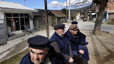 Landsbyen Velika Hoca i Kosovo, som Peter Handke tit har både besøgt og begavet. Fotoet er et arkivfoto, og personerne på billedet udtaler sig ikke i denne reportage.