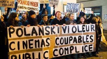 """Demonstration i Paris mod biografernes visningaf """"voldtægtsmanden"""" Roman Polanskis nye film 'An Officer and a Spy'."""