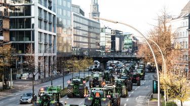 Omkring 3.000 traktorer har de seneste dage skabt trafikkaosi Hamborg – de vrede tyske landmænd protesterer mod nye klima- og miljøkrav, som de mener vil ramme i forvejen økonomisk trængte bønder hårdt.