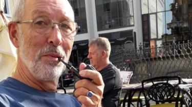 I denne uge behandlede Folketinget et beslutningsforslag om at hæve afgifterne på tobak. Ifølge formand for paraplyorganisationen for danske pibeklubber, Peter Lau, er det et udtryk for, at staten vil være barnepige og bestemme over borgernes liv og sundhed