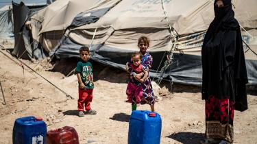 I den store fangelejr al-Hol, hvor IS-sympatisører er interneret i Syrien, sidder skønsmæssigt 30 børn med dansk baggrund.Udenrigsminister Jeppe Kofod (S) nægter at hjemtage børnene og deres mødre,da han mener,at fremmedkrigerne selv må tage ansvar for deres handlinger.