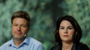 Både den 50-årige Robert Habeck og især hans makker i partiets lederduo, den 38-årige Annalena Baerbock, holdt passionerede kamptaler for at blive genvalgt som partiledere ved weekendens partidag i De Grønne. Og de blev begge genvalgt med henholdsvis sensationelle 97,1 procents opbakning til Baerbock og 90,4 procent til Habeck. Det er helt usædvanlige tal i miljøpartiet, der kender en del til fløjkrige og altid har haft et kritisk forhold til hierarkier – og deres egen ledelse.