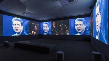 På udstillingen »Leonard Cohen: A Crack in Everything« er vægten på værket. Fair nok. Men Cohen mindes med en usund ærbødighed. Og allerværst er dyrkelsen af hans sange