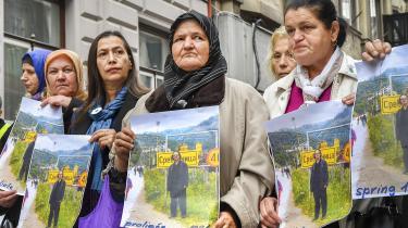 Uddelingen af Nobelprisen til den kontroversielle Peter Handke har skabt stor debat og mødt megen modstand. Her afholdes en protest-demonstration i Sarajevo uden foran Sveriges ambassade.