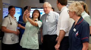 Som led i valgkampagnen besøgte Boris Johnson fredag et hospital i Worksop i Midtengland – næppe tilfældigt: Det britiske sundhedsvæsen (NHS), som lider under mange års nedskæringer og er en øm tå for Boris Johnson. Læger og sygeplejersker har i den forløbne uge strejket i protest mod nedskæringerne, og under tv-duellen med Jeremy Corbyn blev Johnson anklaget for at sælge ud af NHS. Boris Johnson nægter og påstår, at han er i gang med at bygge 20 nye hospitaler og investere milliarder i sektoren.
