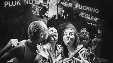 Tobias Shaw, Pernille Koch og Anton Hjejle spiller påtaget overstadigt, når de deler bøllehatte og smiley-t-shirts ud, karikerer dansemoves og forsøger at hive et meget modvilligt publikum med ud på scenegulvet.  Foto: Emilia Therese