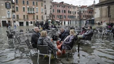 »Vi oplever forbavsende tit, at turister kommer hen og spørger os: 'Hvad tid lukker Venedig?' Som om det her er et museum og ikke en levende by. Men hvis vi ikke får dæmmet op for både vandet og turisterne, så ender vi måske med at lukke for alvor,« siger den 22-årige filosofistuderende Vittorio da Mosto.