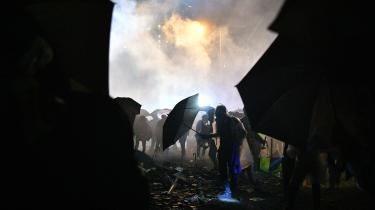 Demonstranter søger ly for politiets tåregaspatroner ved blokaden foran universitetets polytekniske fakultet. Natten til onsdag blev omkring 1.000 arresteret, da de overgav sig til de belejrende politistyrker.