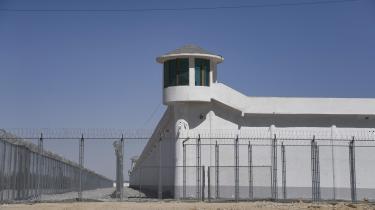 Vagttårn i en sikret installation i forbindelse med en genopdragelseslejr, hvor især den muslimske befolkning fra Xinjiang er interneret. Det er første gang vi får at vide, at ordren kommer helt fra toppen, og at Xi Jinping er involveret, siger postdock ved KU Rune Steenberg.