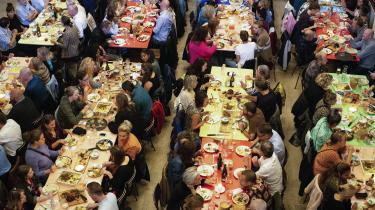 En løsning er at gøre fællesskaberne økonomisk bæredygtige: At dem, der står for den mere koordinerende og administrative del af fællesskaberne, får løn for indsatsen – eksempelvis kokken, der laver maden til fællesspisningen, skriver dagens kronikør.
