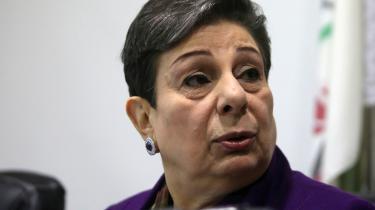 'De har fortalt os, at vi ikke må appellere til multilaterale institutioner. At vi ikke må gå i retten. At vi ikke må anvende væbnet kamp eller fredelige midler som boykot. Så hvad skal vi gøre,' spørger den tidligere fredsforhandler Hanan Ashrawi.