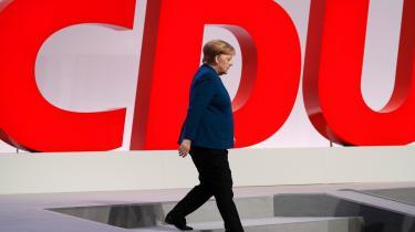 Med den magtudlignende stil er Merkels politik blevet alt for lille til de europæiske udfordringer, som unægtelig er blevet større end ved hendes tiltrædelse i 2005: en åbenlys klimakrise, et destabiliseret Mellemøsten, Brexit, Kinas magtkrav, en global digital magtkamp og et USA, der er ved at trække sig som beskyttelsesmagt.