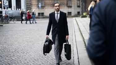 Britta Nielsens forsvarer, Nima Nabipour, ankommer mandag til Københavns Byret, hvor en stribe af Britta Nielsens tidligere kolleger blev afhørt i sagen om hendes formodede svindel for 117 mio. kr.