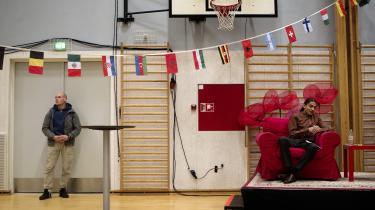 Yahya Hassan læser op af sin digsamling i en gymnastiksal på H.C. Andersen Skolen i Vollsmose. TV 2 News ryder sendefladen og politiopbuddet omkring skolen er massivt.