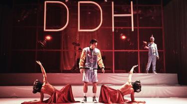 'Katastrofe' er en lige så alvorlig som ironisk musical, skriver gæsteanmelder Alexander Vesterlund.