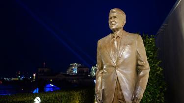 Søren Pinds ønskeom at hædre Reagan med en statue er et godt eksempel på, at det blå Danmark mangler et selvopgør med de forbrydelser, som deres 'hold' begik under Den Kolde Krig, og med Vestens støtte til regimer og bevægelser, der stod bag omfattende og uhyggelige forbrydelser mod menneskeheden i antikommunismens navn, skriver Pelle Dragsted. Her ses en statue af Ronald Reagan ved den amerikanske ambassade i Berlin.