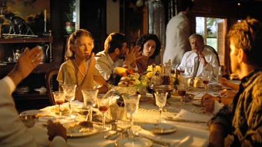 Mange hader seancen med de franske kolonialister, som ikke var med i den oprindelige udgave af Apocalypse Now, men blev klippet ind i den meget lange Redux-version, Coppola senere lavede. Men jeg elsker den, fordi den tilføjer et mytologisk moment i fortællingen, binder USA sammen med den koloniale historie og folder det civiliserede vanvid ud i et formidabelt dekadent interiør, skriver Rune Lykkeberg.