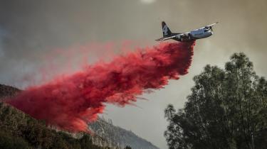 Et fly forsøger at slukke en brand i Californien. Brændene kan være en af årsagerne til, at et flertal af amerikanerne nu ser klimaforandringerne som en alvorlig trussel.