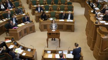 Flere dages nervøsitet og spænding kulminerer, da Aki-Matilda Høegh-Dam for første gang skal stille spørgsmål til statsministeren i folketingssalen. Som nyvalgt for Siumutvil hun kæmpe for et selvstændigt Grønland. Nu vil hun vide, om hun har statsministerens opbakning.