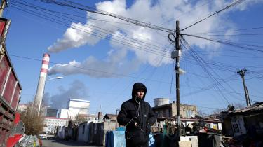Et kinesisk kulkraftværk. Kinas stigende kulproduktion er en af hovedårsagerne til, at verdens CO2-udledning fortsat øges på trods af voksende politisk opmærksomhed på klimakrisen. Andre vigtige årsager er, at verdens olieforbrug stadig vokser markant, og naturgasforbruget stadig ekspanderer.