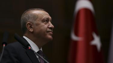 I stedet er Gaven fra Gud – Erdogans Tyrkiet en detaljeret skildring af Tyrkiets politiske historie over de seneste mange årtier, der var med til at bane vejen for Recep Tayyip Erdogan. Ja, bogen er nærmest i demonstrativ grad en fagbog i klassisk forstand.