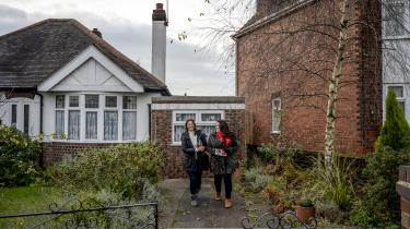 Natalie Fleet (th.) er Labours kandidat i Ashfield. Hun er vokset op i et fattigt kvarter i området, og hendes liv var gået helt ad helvede til, hvis det ikke havde været for gratis uddannelse og gode lærere. Men skolerne er blevet grønthøsterbeskåret år efter år efter år, lige siden de konservative indførte sparepolitikken i 2010.