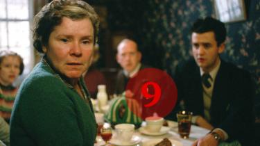 Hvor Mike Leighs tidligere film i høj grad handler om, hvordan temperamenter, livssyn og selvbilleder tørner sammen og slår gnister, er Vera Drakes hemmelighed påfaldende uinteresseret i frontale mellemmenneskelige sammenstød.