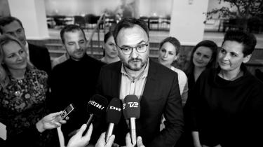 Det er en stor triumf for klima-, energi- og forsyningsminister Dan Jørgensen (S)at have forhandlet verdens næstskrappeste klimalovhjem med bredt politisk flertal. De eneste partier i Folketinget, der ikke bakker op om loven, er Liberal Alliance og Nye Borgerlige.