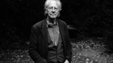 Hvis man mener, at politiske holdninger skal bestemme over værker, skal man fratage PeterHandke prisen. Af alle andre grunde er svaret på spørgsmålet ikke så svært: Handke er en værdig modtager af Nobelprisen, skriver litteraturredaktør Peter Nielsen.
