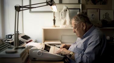 Herbert Pundik blev ved med at bruge skrivemaskine, når han sad på sit kontor på Rådhuspladsen og skrev sin ugentlige klumme, oftest om mellemøstlige forhold og altid præget af nøgtern indsigt tappet fra en fond af omfattende historisk viden.