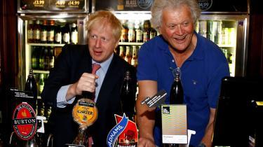 Boris Johnson på besøg på Metropolitan Bar i London i under valgkampen forud for valget på torsdag. Boris Johnson får stor hjælp fra de størte britiske aviser