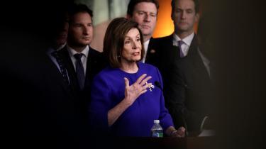 Det er ikke så mærkeligt, at den demokratiske partileder, Nancy Pelosi, virkede næsten modvillig, da hun stillede op foran et hav af mikrofoner og sammen med retsudvalgets og efterretningsudvalgets formænd skulle redegøre for deres motiver til at rejse tiltale mod Trump. Meget står på spil.