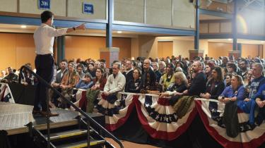 Til Townhall-valgmøde for den demokratiske kandidat Pete Buttigieg i New Hampshire har Information talt med lokale vælgere om deres syn på rigsretshøringerne mod præsident Trump. Demokraterne og republikanerne kæmper om de uafhængiges gunst, og New Hampshire er delstaten, der starter den amerikanske primærvalgkamp i februar.