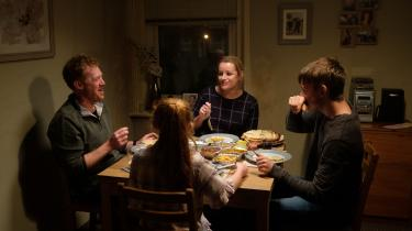 Familien Turner i et af de øjeblikke i Ken Loachs gribende 'Sorry We Missed You', hvor dehar detgodt.