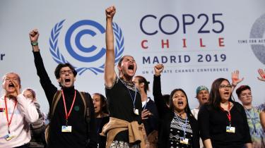 »Climate justice, now!« synger de unge fra Fridays For Future, da de indtager scenen i plenarsalen under COP25.