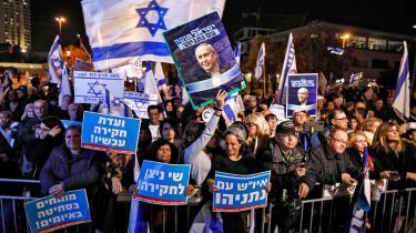 Onsdag udløb fristen for atdanne en arbejdsduelig regering, og heller ikke denne gang var detmuligt at finde et flertal, hverken med eller uden deltagelse af Benjamin Netanyahu, Israels endnu siddende premierminister. På billedet ses en støttedemonstrationfor Netanyahu, Jerusalem.