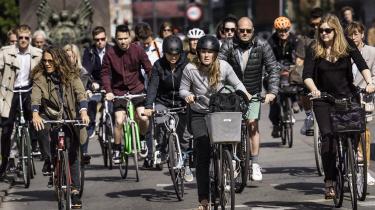 Lad os noget mere for at skifte de mange ture i bil på de korte distancer ud med cykel. Resultatet vil blive mindre forurening, mindre støj i byen, mere plads til bløde trafikanter, færre dræbte og kvæstede og en mere sund befolkning, skriver dagens kronikør.  Foto: Thomas Lekfeldt/Ritzau Scanpix