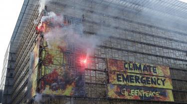 61 aktivister 'satte ild til' Europabygningen i Bruxelles i forbindelse med klimatopmøde i EU, hvor Polen viste sig at stemme imod målet om klimaneutralitet i 2050.